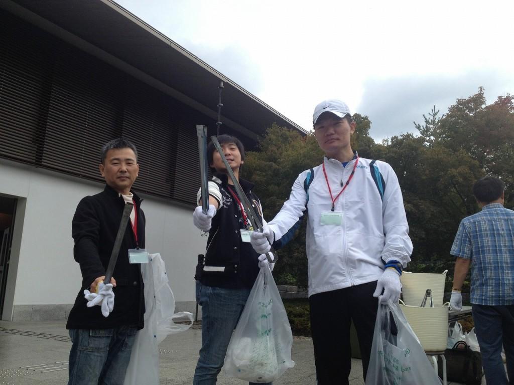 掃除①(採用)高尾学科長と旅行学科の学生たち